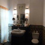 Août 2013. Chambre Izghi. La salle de bains.