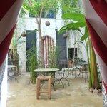 Août 2013. La chambre Izghi ouvre sur le patio.