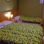 客室(3ベッドにしては手狭)
