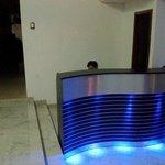 La recepción tiene un elegante counter iluminado