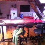 """table d'hôte haute en fer forgé s""""parant le salon et la cuisine"""