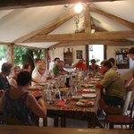 Table d'hôtes sous l'auvent à la belle saison
