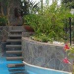 Escalier de la piscine menant vers la petite terrasse.
