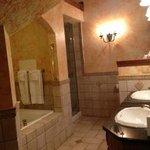 Gale Suite bathroom
