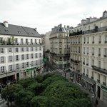 Da janela do Hotel você a Paris com suas construções maravilhosas!