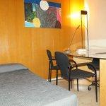 Гостиная:доп. кровать и письменный стол.