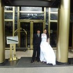 minha chegada, ainda vestida de noiva, ao Grand Boulevard hotel