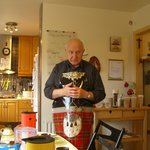 Nonni in seiner Küche