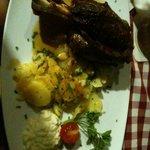 stinco di maiale servito con patate