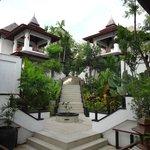 Une villa de chaque côté de l'escalier