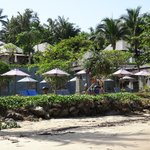 Vue des abords de la piscine depuis la plage