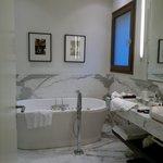 Baño, es un mini spa, con finlandes y jacuzzi