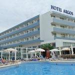 Sicht vom Pool zum Hotel