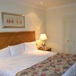 bedroom-huge bed