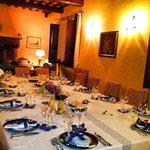 l'elegante tavola apparecchiata per una cena da chef