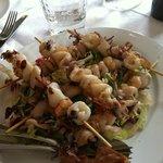 Spiedini di calamari su letto di insalata