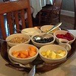 Platte mit frischen Früchten zum Frühstück