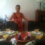 der Frühstückstisch mit der Besitzerin