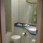 Sauberes Bad mit Wanne