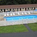 La piscine avel une partie de l'hotel.
