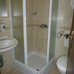 bagno di camera doppia con vista mare