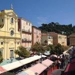 """Cours Saleya """"place du marché"""" juste derrière l'hotel !"""