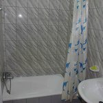 la salle de bain identique dans toutes les chambres