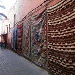 Tapetes expostos na rua do museu
