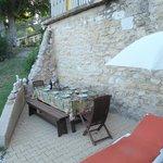 Bij Le Jasmin: heerlijke plek om samen te eten, 's avonds in de schaduw.