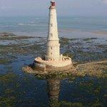 Le phare de Cordouan à marée basse et son ilôt rocheux