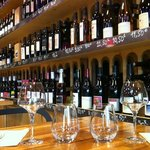 A l'intérieur, tables en bois massif et rayonnages de vins