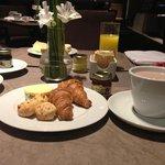 Café da manhã. Adorei o arranjo das mesas.