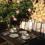Petit déjeuner au soleil parmi les roses