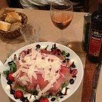 салат , прошуто с рукколой , пармезаном, моцарелой и тд