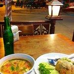 Soupe épicée au lait de coco et crevettes, riz aux legumes