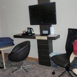 La televisión, la mesas y el escritorio