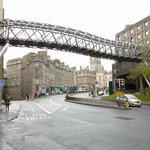 puente que lleva al shopping Saint James
