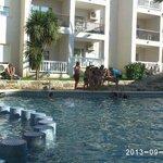 LOs niños en una de las actividades frente a la piscina