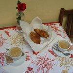 La nostra colazione sul terrazzino (tovaglietta comprata a Roma, rosa regalata da un ambulante)