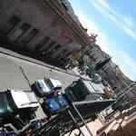 Vista a la calle hacia el Teatro Calderón