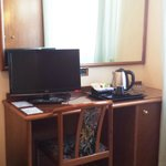 TV LCD e bollitore con servizio da the