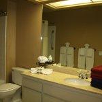Banheiro minuciosamente arrumado e impo.