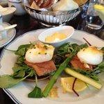 Brunchmeny - efter löjromstoast äter vi lax och pocherade ägg. Ljuvligt!!