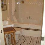 Bathroom with jaquizzi tub