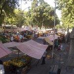 feira na rua da frente do hotel