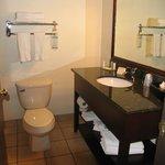Badezimmer mit vielen Handtüchern