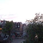 Vista al canal Singel desde la habitaciòn del 3º piso