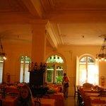 la grande e accogliente sala da pranzo in toni di bianco/panna