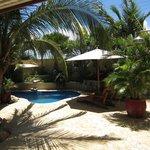 Het relaxhoekje van het resort, met 2 jacuzzi's, relaxpool en leeshoekje