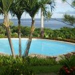 Vue de la chambre sur la piscine et la mer Leroux
